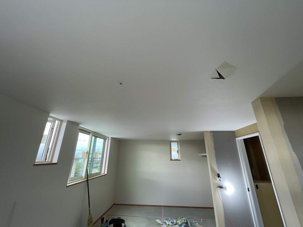 長浜市「八条の家」壁紙・玄関土間・造作カウンター